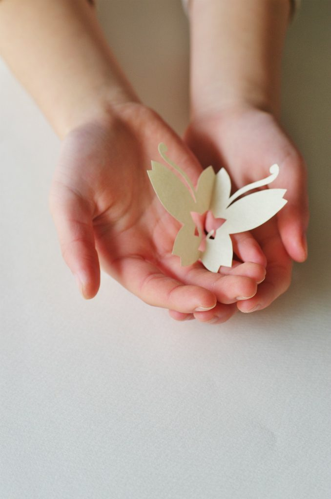 手のひらで咲く もんきり