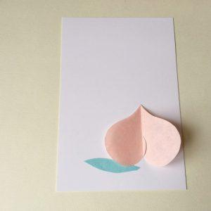 「桃」には、緑色の紙の切れはしを桃の葉に見立ててつけても。